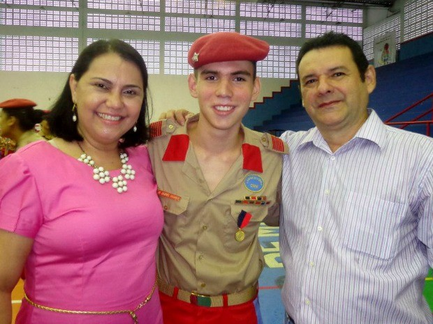 Gabriel ao lado dos pais, durante a promoção ao cargo de aluno coronel do Colégio Militar de Manaus, em 2013 (Foto: Gabriel Tavares/Arquivo Pessoal)