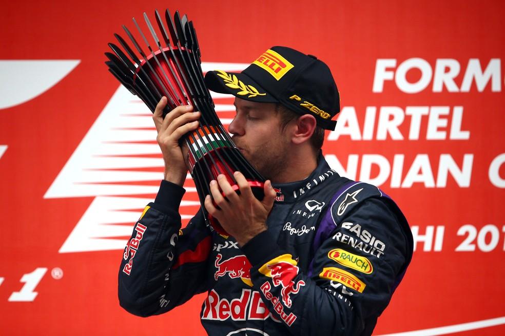 Sebastian Vettel e o troféu da vitória no GP da Índia de 2013 — Foto: Getty Images