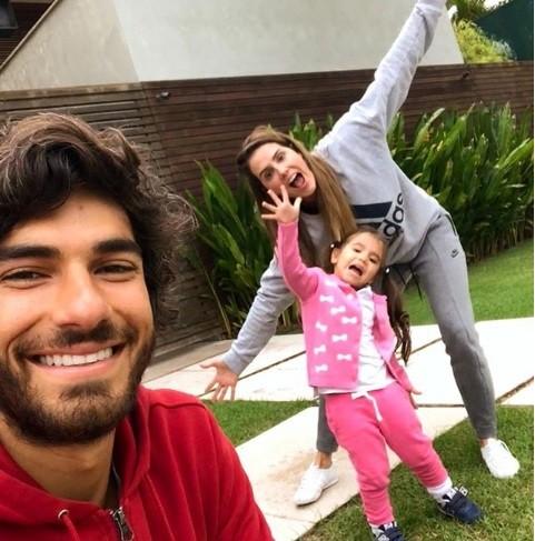 Hugo Moura com Deborah Secco e a filha, Maria Flor  (Foto: Reprodução Instagram)