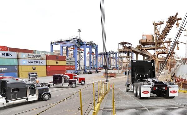 """Os caminhões vieram em navios """"Ro-Ro"""", comuns para o transporte de veículos — Foto: Divulgação"""