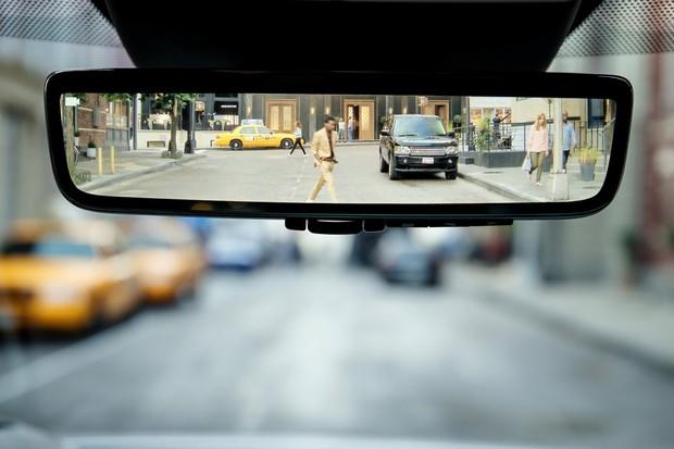 Retrovisor tem câmera de ré com excelente ângulo de visão (Foto: Divulgação)
