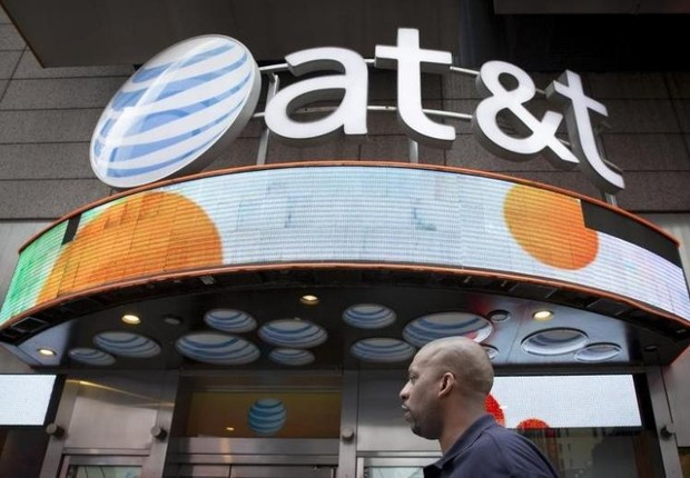 Homem caminha diante da fachada da loja da AT&T em Times Square (Foto: Brendan McDermid/Reuters)