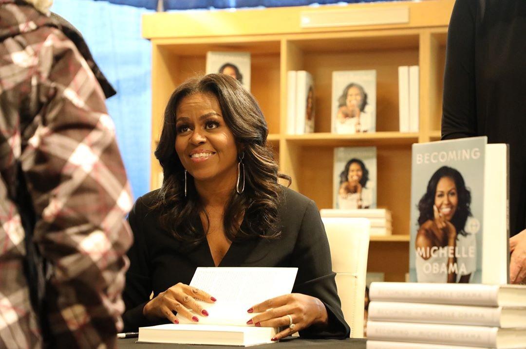 Michelle Obama em sessão de lançamento de seu livro (Foto: Reprodução / Instagram)