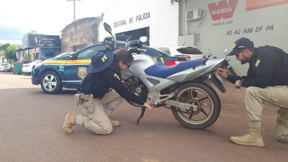 Moto adulterada foi encontrada com motociclista na Avenida Jorge Teixeira em Porto Velho — Foto: Divulgação/PRF