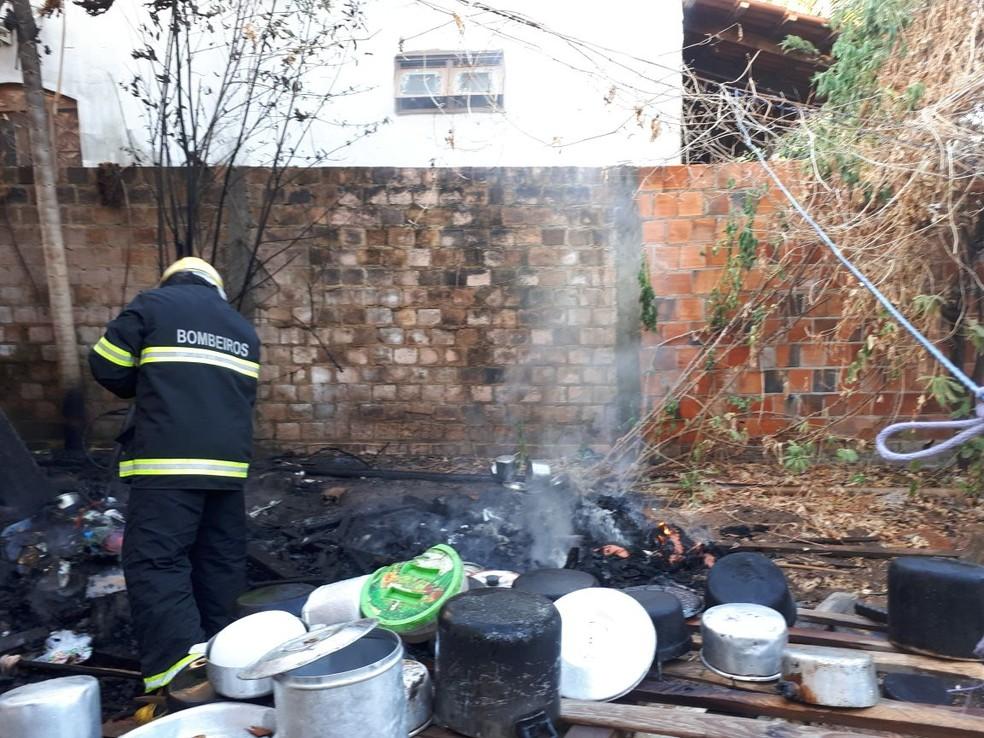 Utensílios de cozinha estão entre os objetos que foram queimados (Foto: Bombeiros)