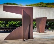 Esculturas do artista Amilcar de Castro são expostas ao ar livre