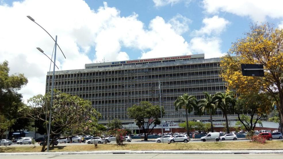 Vítima do disparo foi levada para o Hospital da Restauração, no bairro do Derby, na área central do Recife — Foto: Marina Meireles/G1