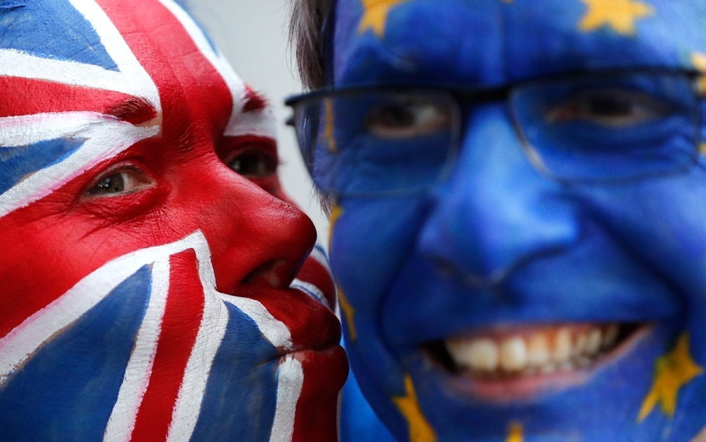 Ativistas anti-Brexit posam do lado de fora do Conselho Europeu, em Bruxelas, durante reunião sobre o Brexit, na quinta-feira (21) — Foto: AP Photo/Frank Augstein