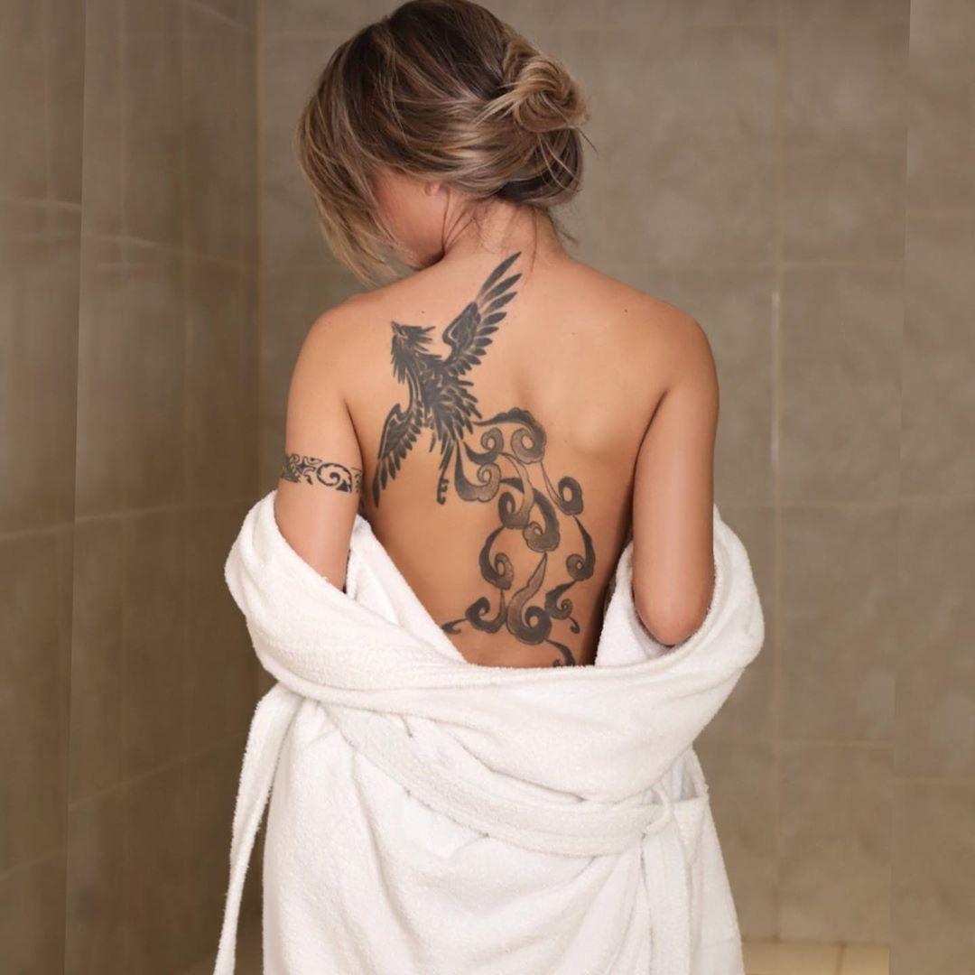 Cacau Colucci Exibe Tatuagem Nas Costas Revista Marie