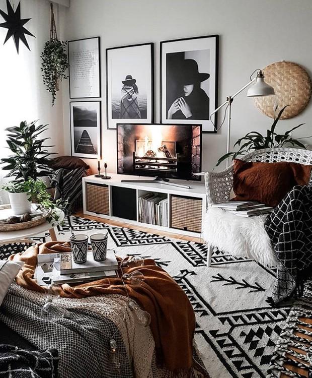 O geométrico está na manta quadriculada e segue para a estampa africana no tapete (Foto: Instagram/ Reprodução)