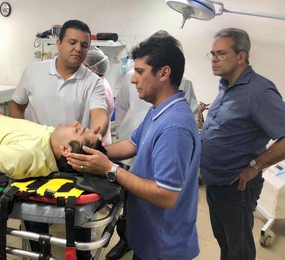Após os primeiros atendimentos no Hospital Santa Catarina, Adriano Diógenes recebeu visita de parentes e amigos — Foto: MDB de Guamaré