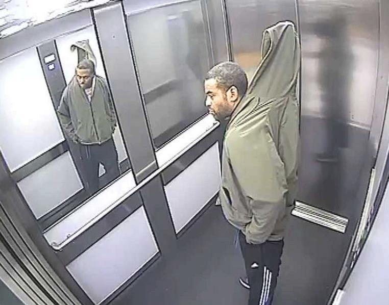 Ladrão roubou persiana e escondeu por baixo da roupa (Foto: Northants Police)
