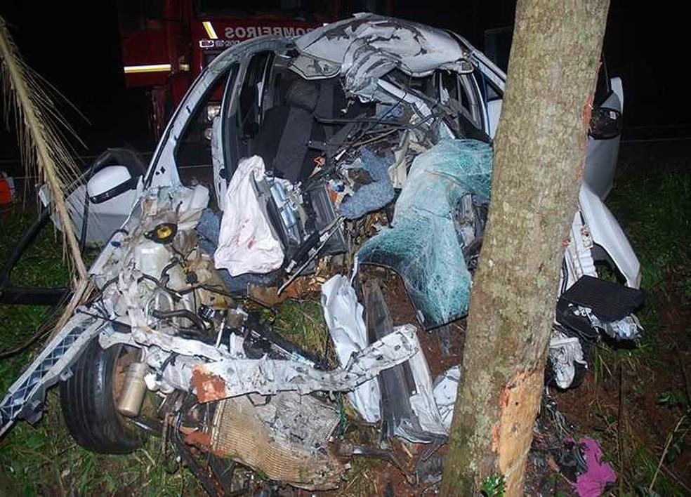 4264db8df18a ... Carro ficou destruído com a força do impacto — Foto: Paulo Marques  Notícias