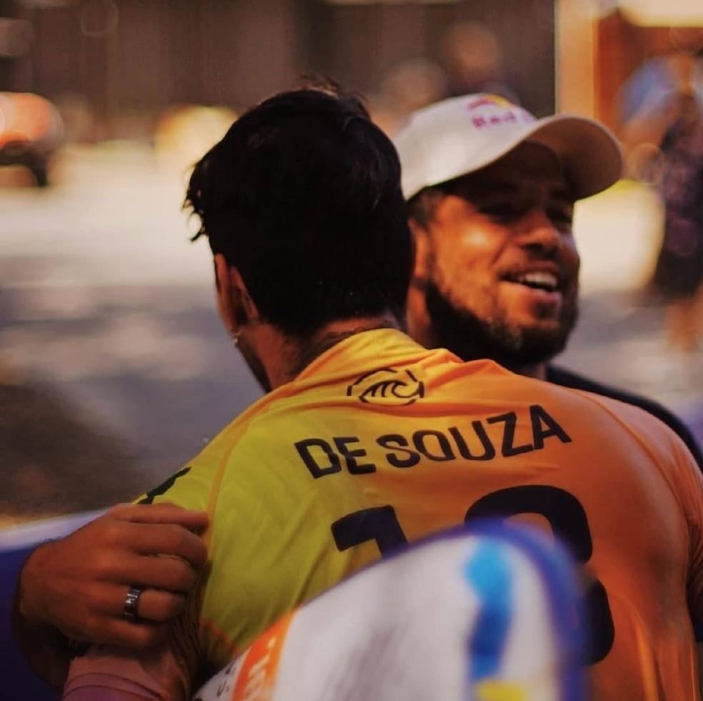 Adriano de Souza abraça Medina, que surfou com camisa em sua homenagem — Foto: Ricardo Sant'Anna