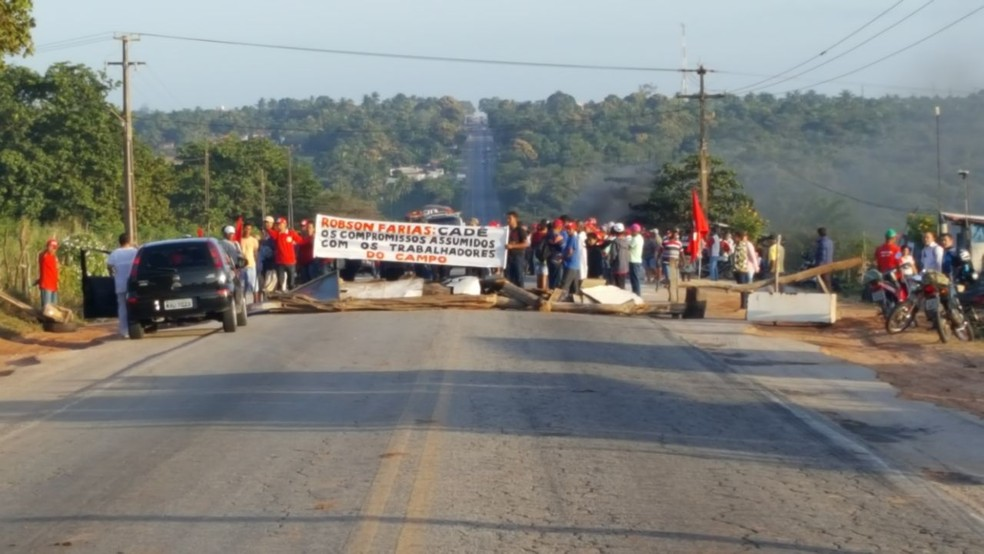 Manifestantes bloqueiam os dois sentidos da pista na BR-406  (Foto: Divulgação/PRF)