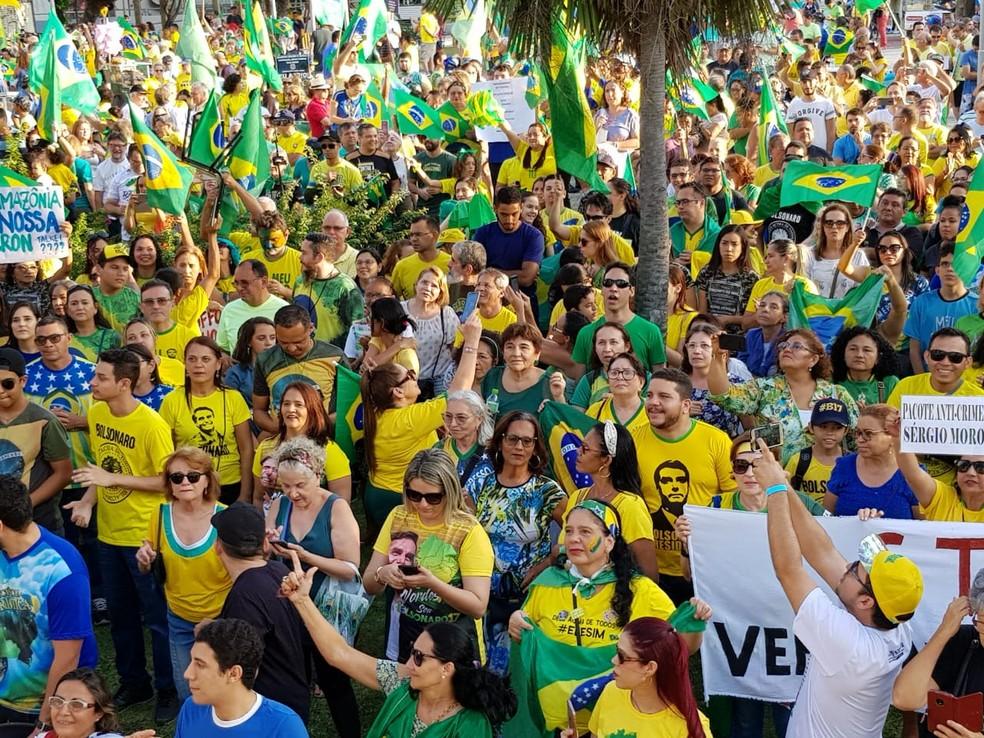 Bandeiras do Brasil, camisas verde-amarelas e com mensagens de apoio ao presidente Jair Bolsonaro predominavam no ato, em Fortaleza — Foto: José Leomar/Agência Diário