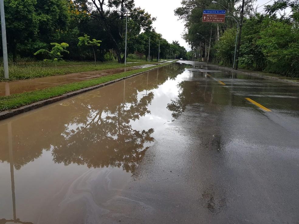 Avenida Antônio Francisco Lisboa, na Pampulha, continua alagada neste sábado (4). — Foto: Flávia Cristini/TV Globo