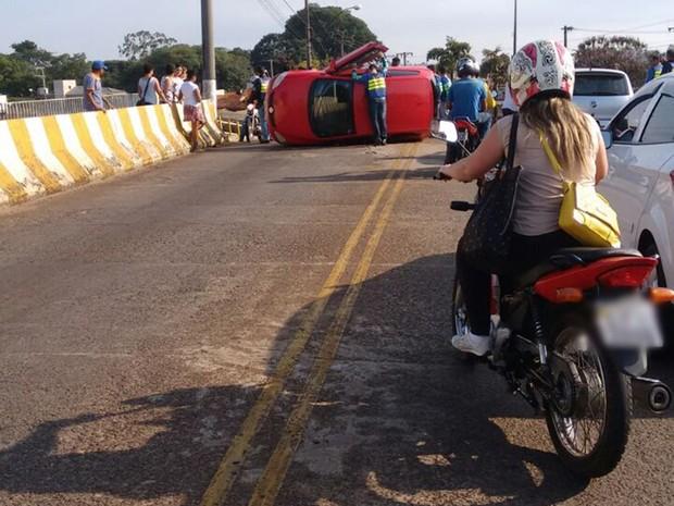 Via ficou interditada até a retirada do veículo por um guincho (Foto: Arquivo Pessoal/Djalma José Barboza)