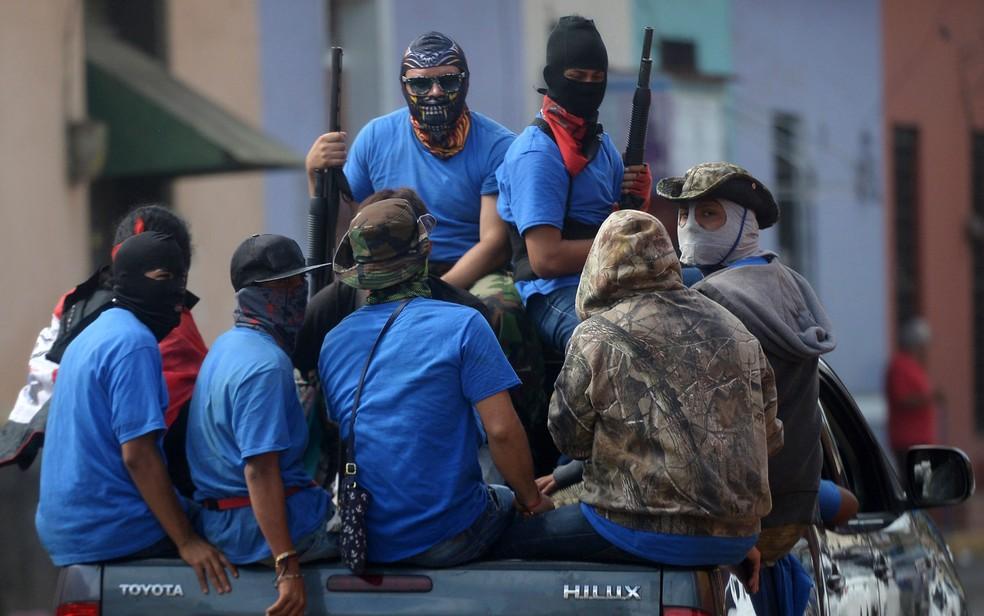 Paramilitares são vistos em camionetes no bairro de Monimbo, em Masaya, na Nicarágua, em 18 de julho (Foto: Marvin Recinos/AFP)