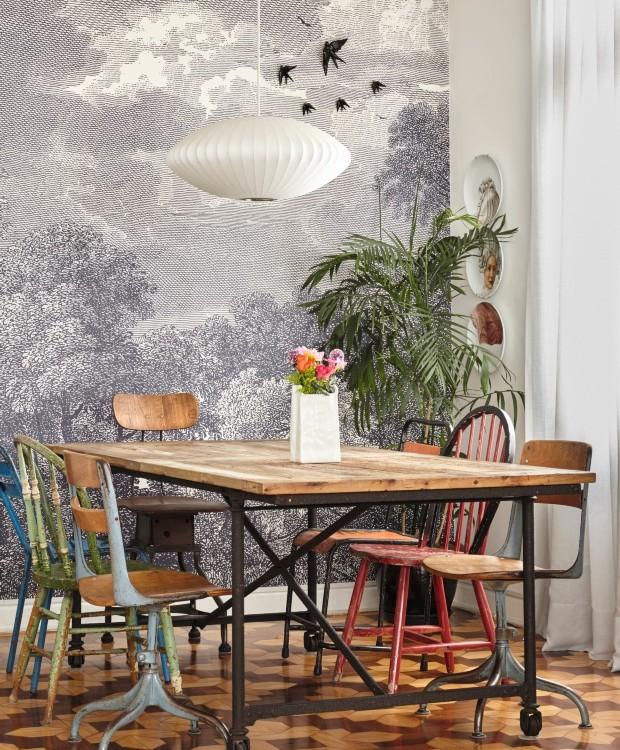 A designer Ana Strumpf compôs a sala de jantar de seu apê, em São Paulo, com mesa da Restoration Hardware e cadeiras garimpadas em flea markets do Brooklyn (Foto: Victor Affaro / Editora Globo)