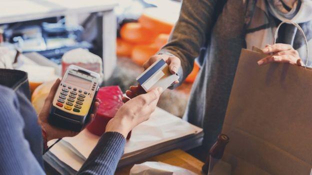 'Ainda que com uma qualidade ruim, estamos vendo mais emprego, a renda está crescendo e isso ajuda a sustentar o crescimento do consumo das famílias', diz analista (Foto: Getty Images via BBC News Brasil)