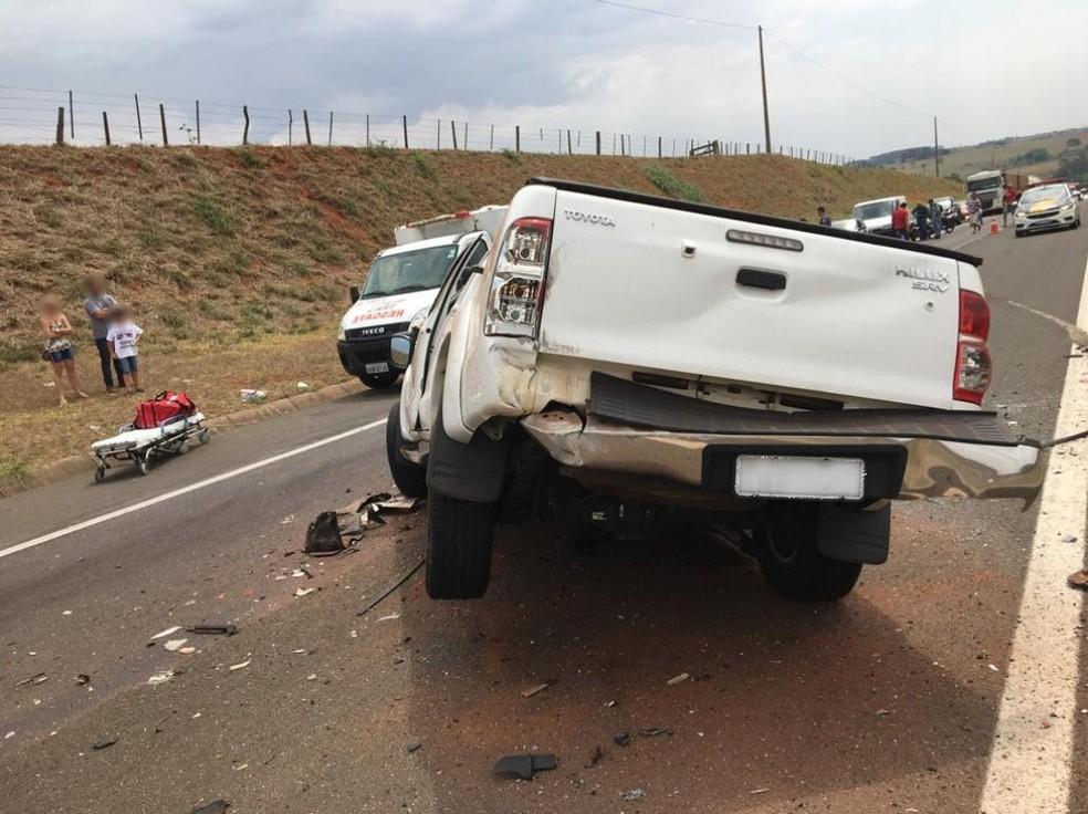 Motorista da caminhonete ficou ferido no acidente em Piquerobi — Foto: Polícia Militar Rodoviária