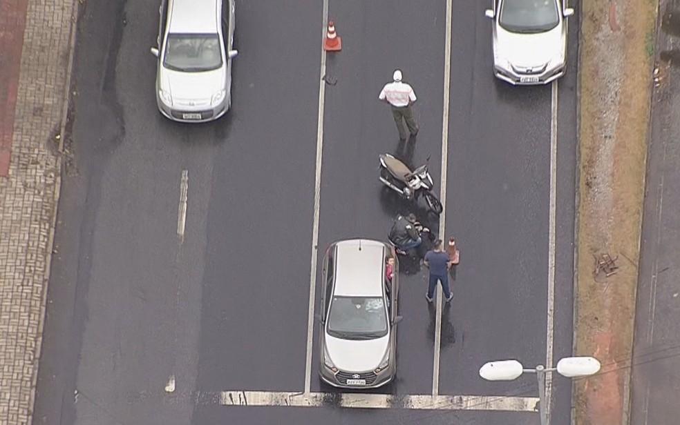 Motociclista bate em traseira de carro — Foto: Reprodução/TV Globo
