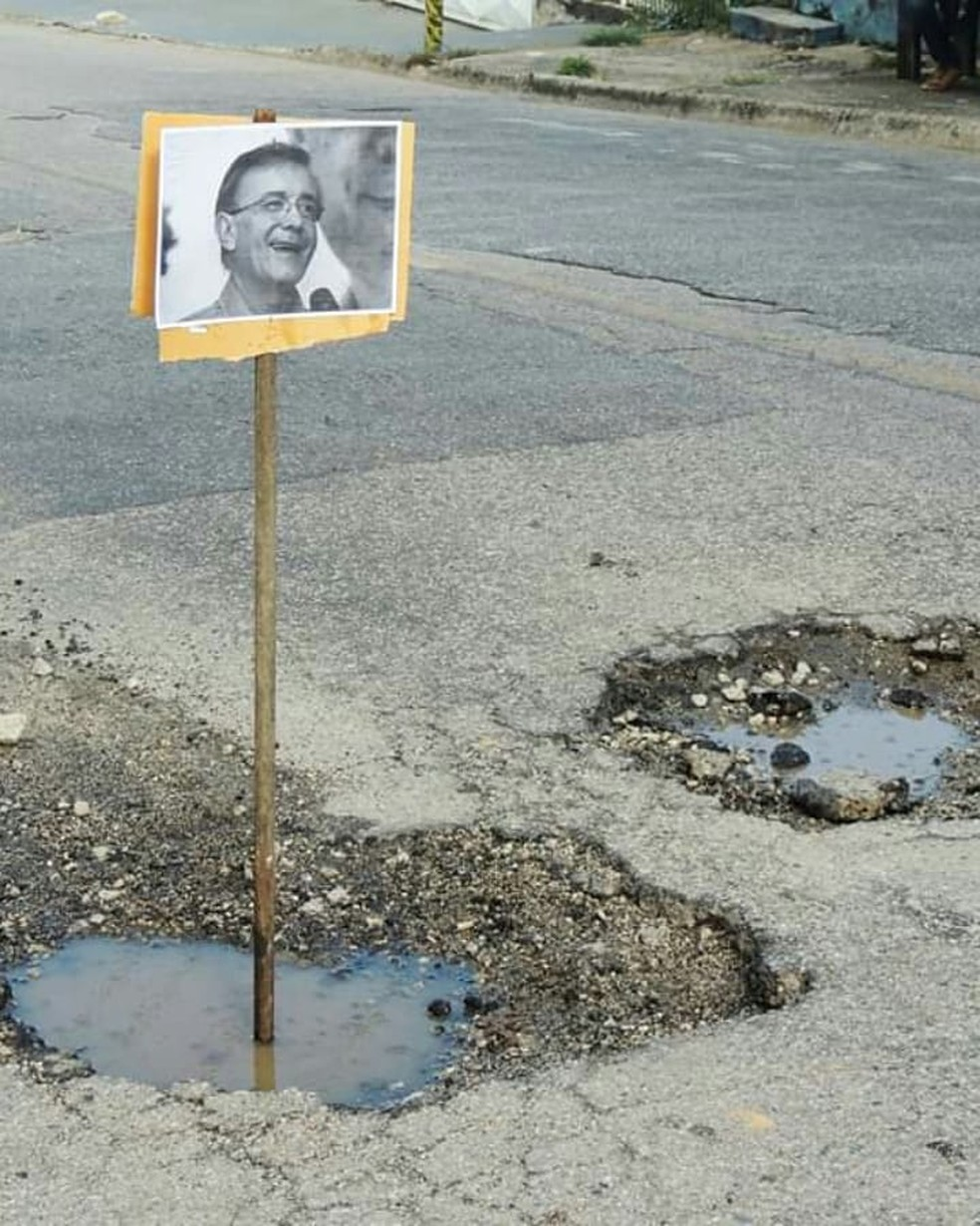 Placas foram colocadas em buracos no asfalto em Sorocaba — Foto: Arquivo pessoal