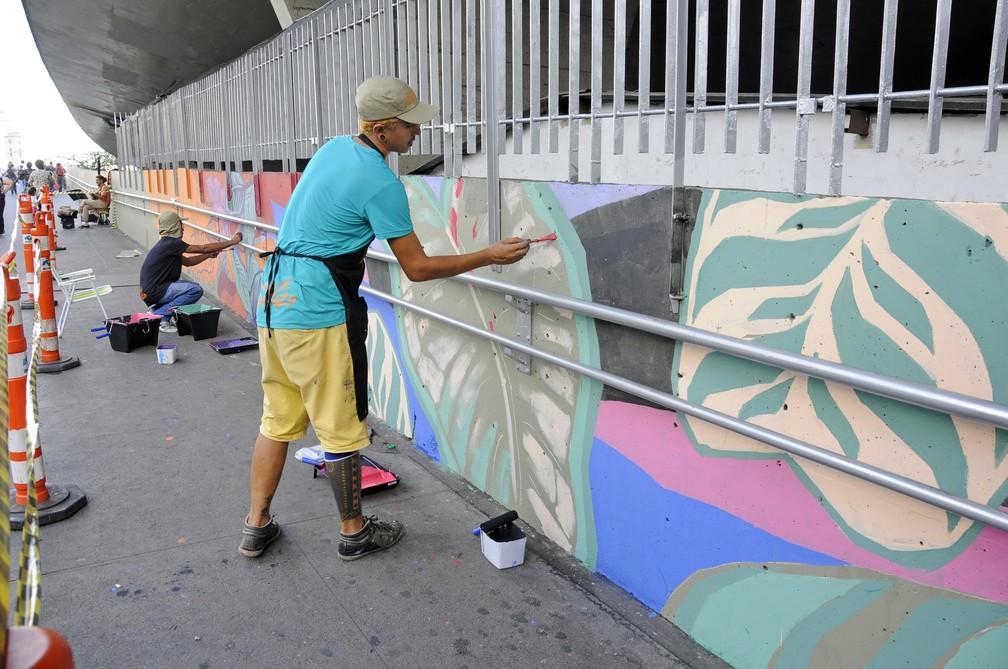 Artista Gabriel Dias participar do 'Projeto Gentileza, Lagoinha', que revistaliza passarela — Foto: Amira Hissa