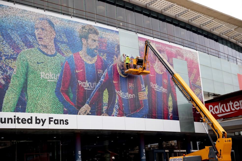 Messi está sendo retirado de painel no Camp Nou — Foto: Reuters