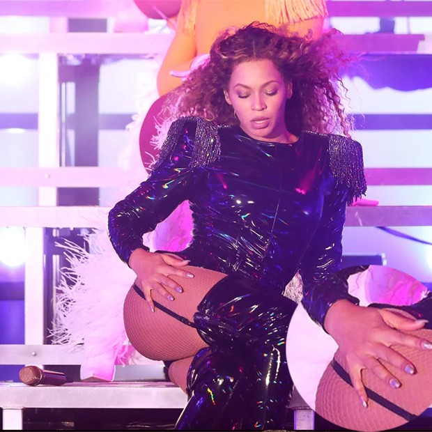 Beyoncé já com a troca: unhas metalizadas (Foto: Divulgação)