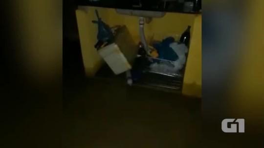 Moradores pagam retroescavadeira após chuva invadir casas no Norte do Piauí