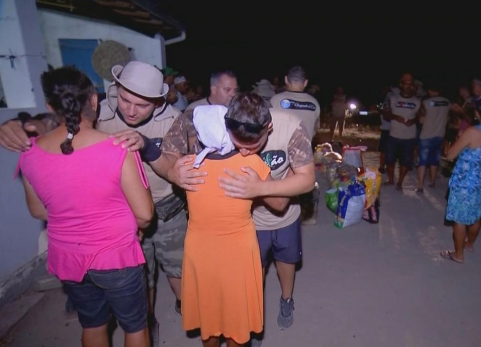 Voluntários pagam pelas passagens de avião, hotel e abrem mão de uma semana no trabalho para ajudar — Foto: Reprodução/TV TEM