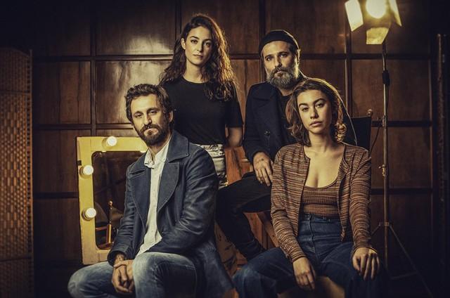 Bruno Gagliasso com o elenco da série 'Santo' (Foto: Netflix)