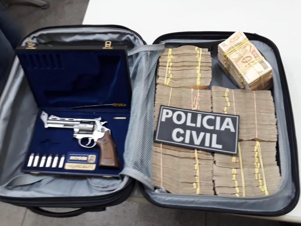 MPCE apreendeu mala com dinheiro e arma durante operação contra irregularidades em postos de combustível no Ceará (Foto: MPCE/Divulgação)