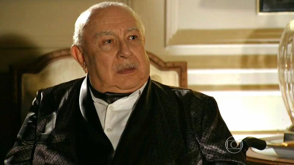 Dionísio (Sérgio Mamberti) descobre que Samuel (Juca de Oliveira) não morreu - 'Flor do Caribe' — Foto: Globo