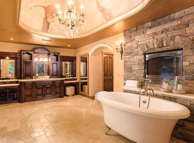 Na suíte principal, um banheiro amplo agrega luxo (Foto: Aaron Hoffman/ Reprodução)