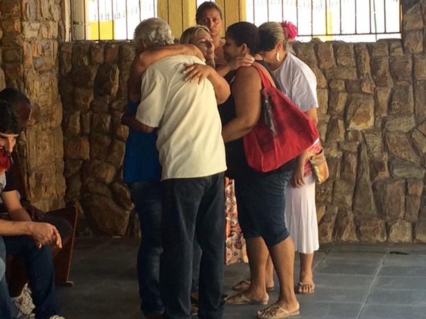 A mãe de Vanderson de Jesus é amparada durante o velório do filho, morto por bala perdida (Foto: Gabriel Barreira/G1)