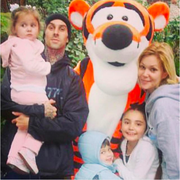 O baterista Travis Barker com a esposa e os filhos em uma foto antiga (Foto: Instagram)