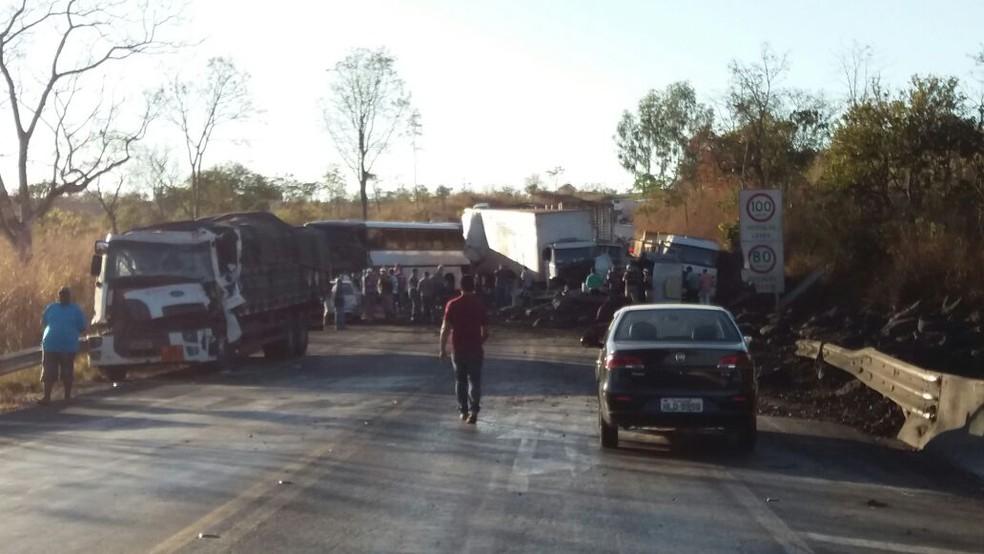 Oito caminhões se envolveram no acidente (Foto: Polícia Rodoviária Estadual/Divulgação)