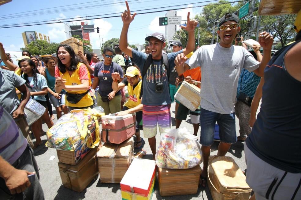 """Manifestantes ostentam faixas com mensagem """"ambulante não é ladrão"""", no Recife (Foto: Marlon Costa/Pernambuco Press)"""