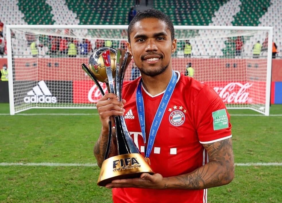 Douglas Costa posa com a taça: brasileiro do Bayern de Munique atuou por 21 minutos na decisão do Mundial de Clubes — Foto: Reprodução/Instagram