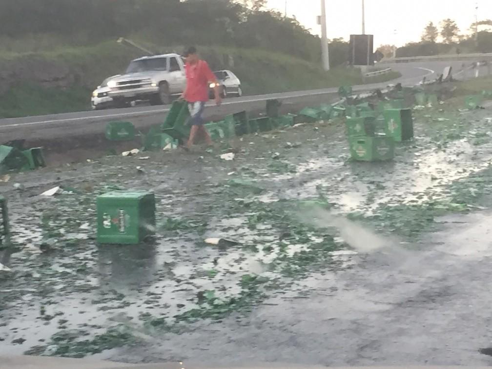 Populares saquearam cargas de cerveja — Foto: Katia Batista