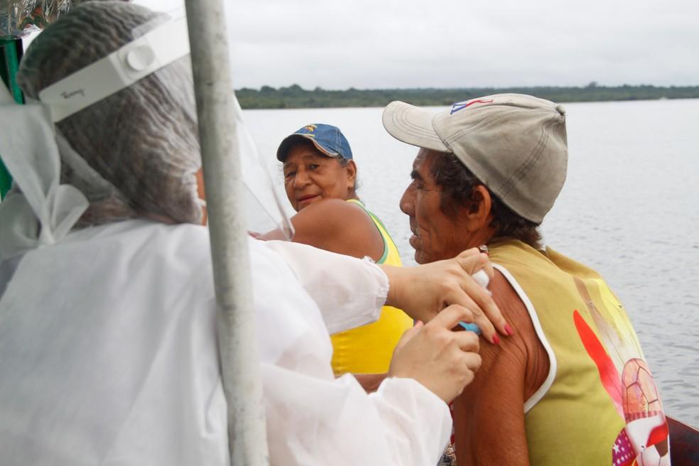 Idoso recebe vacina em embarcação na área rural de Manaus — Foto: Divulgação