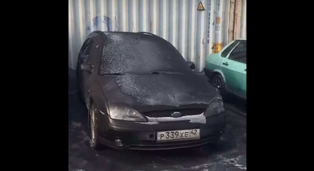 Neve preta cobriu carros, calçadas e casas na região (Foto: Reprodução/ Youtube)