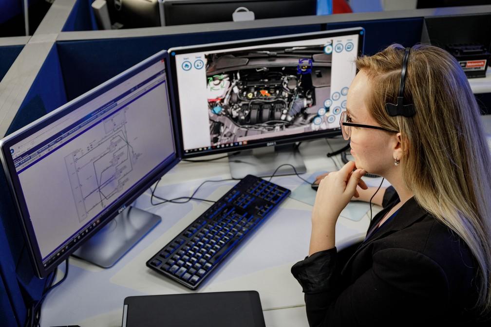 Central de atendimento com especialistas auxiliam mecânicos que usam os óculos de realidade aumentada — Foto: Divulgação
