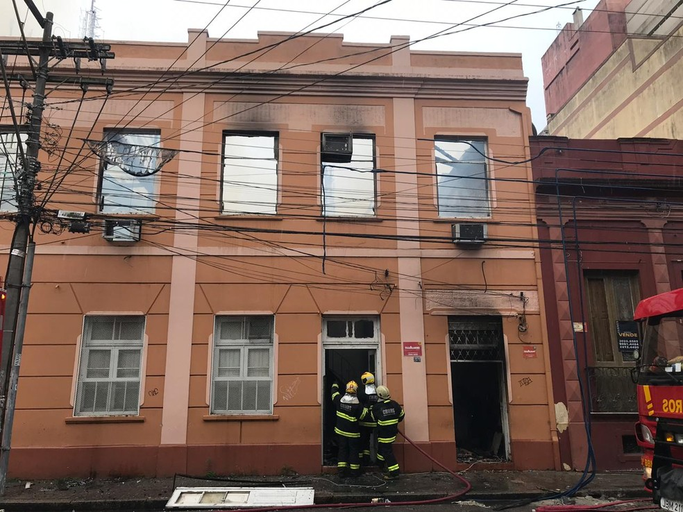 No momento do incêndio não havia ninguém no prédio. — Foto: Camila Faraco/DRBS TV