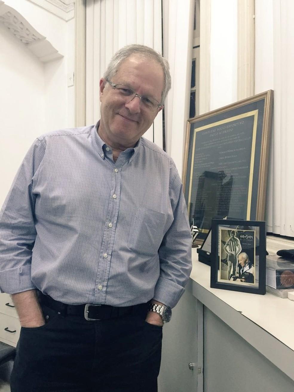 Carlos Eduardo Pereira guarda montagem com foto e último autógrafo de Nilton Santos (Foto: Thiago Lima)