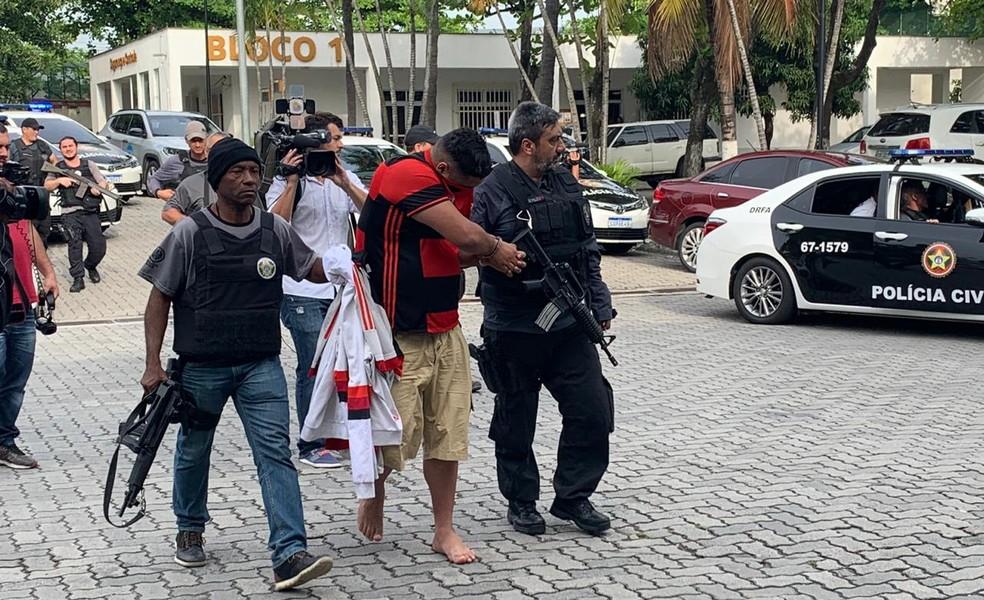 Torcedor do Flamengo preso na operação da Polícia Civil na manhã desta terça-feira (22) — Foto: Fernanda Rouvenat / G1