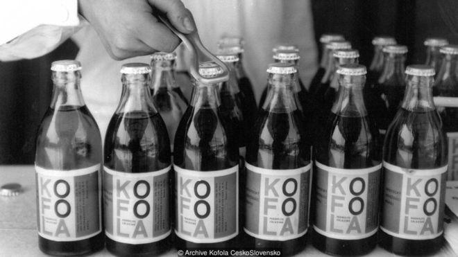 A Kofola foi criada na antiga Tchecoslováquia como uma alternativa à Coca-Cola numa época em que os produtos ocidentais eram proibitivamente caros (Foto: KOFOLA ČESKOSLOVENSKO)